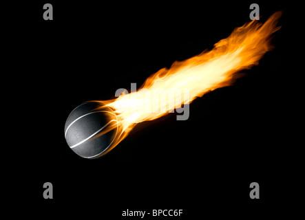 Ein Basketball mit einem brennenden Schweif wie ein Komet - Stockfoto