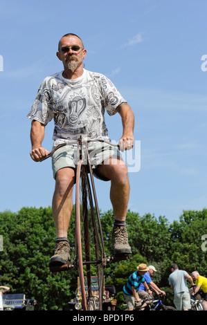 Ein Mann mit dem Penny Farthing Fahrrad - Stockfoto