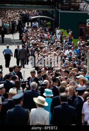 Königin Elizabeth II. besucht die Wimbledon Championships erstmals in 33 Jahren.