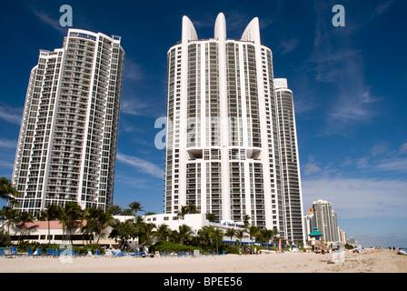 Hotels am Strand in Sunny Isles, Miami. - Stockfoto