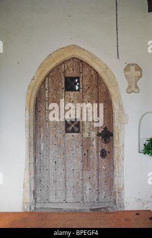 Späte mittelalterliche Tür in das Südportal der Kirche St Mary the Virgin, Saxlingham Nethergate, Norfolk, England, - Stockfoto