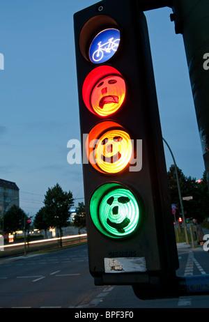 Gesichter auf Zyklus Ampel gezeichnet in der Abenddämmerung in Berlin Deutschland