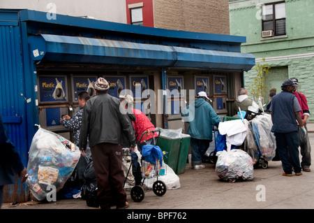 Können und recycling-Zentrum in Harlem New York City wo Obdachlose für Cash Recycling-Flasche. - Stockfoto