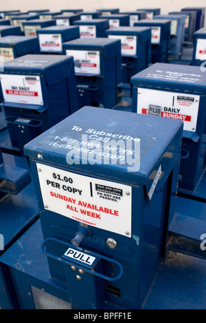 Reihen von überschüssigen Zeitung Boxen sitzen in einer Gasse hinter einem Gebäude in Rogers, Arkansas - Stockfoto