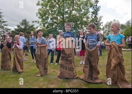 Kinder treten in die Trainerentlassung bei einem Dorffest in Weston, Suffolk, England, Großbritannien, Uk - Stockfoto