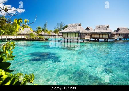 Über Wasser Bungalows mit über erstaunlich grünen Lagune - Stockfoto