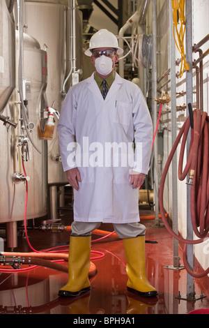 Ingenieur in einer chemischen Fabrik stehen - Stockfoto