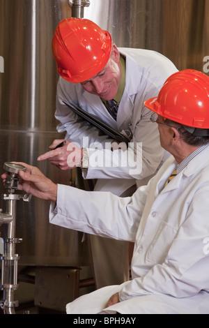 Wissenschaftler untersuchen einen Sensor Meter in einer Chemieanlage - Stockfoto
