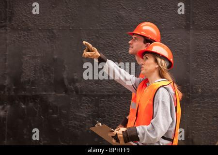 Verfahrenstechniker arbeiten im Industriegebiet in der Nähe von einem tank - Stockfoto