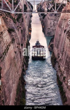 Schiff überqueren den Kanal von Korinth in Griechenland. - Stockfoto