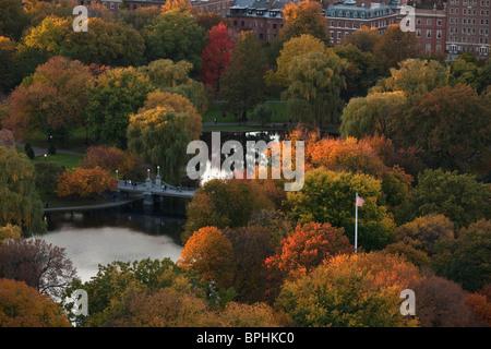 Herbstliche Bäume in einem Park, Boston Public Garden, Boston, Suffolk County, Massachusetts, USA - Stockfoto