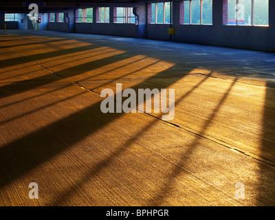 Am frühen Morgen Sonnenaufgang Schatten & Sonnenlicht auf geätzten Beton In leeren Parkhaus, Philadelphia, USA - Stockfoto