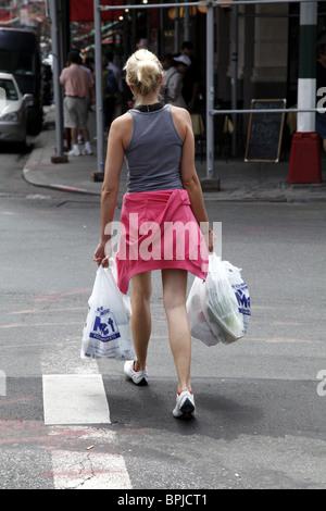 Frau über die Straße mit ihr einkaufen. New York. Amerika - Stockfoto