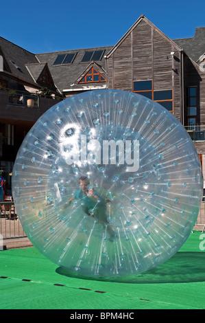 """ein kleiner Junge """"Zorbing"""" in einer riesigen Kunststoff Blase - Stockfoto"""