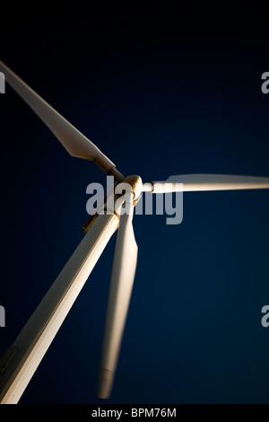 Moderne Windkraftanlage gegen blauen Himmel - Stockfoto