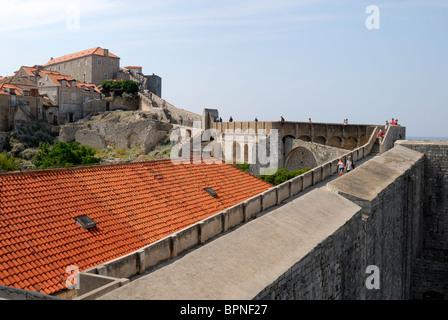 Die Stadtmauern, die 1940 m lang und erreichen Höhen von 25m, sind ein Symbol von Dubrovnik. Die Wände sind dicker, - Stockfoto