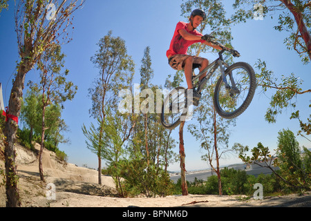 Reiten bmx und Mountainbikes auf dem Feldweg Sprung Oakley - Stockfoto