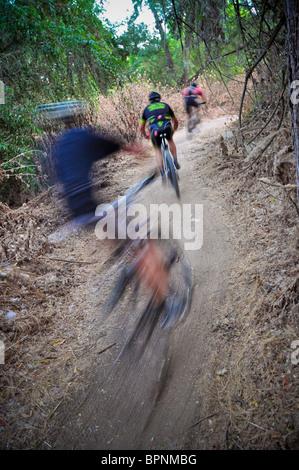 Mountainbike-Rennen in Irvine Lake in Südkalifornien. - Stockfoto