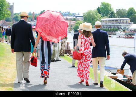 Elegant und dressed.people entlang der Themse Stewards Gehäuse, Henley Royal Regatta. Henley. England - Stockfoto