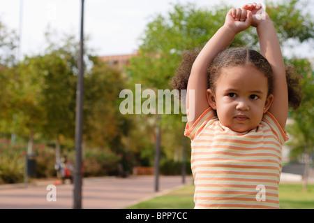 Junges Mädchen spielen im Park. - Stockfoto