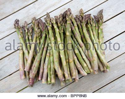 Reihe von Spargel auf Holzoberfläche - Stockfoto
