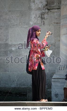 Türkin mit Kopftuch, Besuch einer Moschee in der