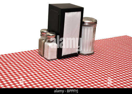 Tisch mit rot karierte Tischdecke im Diner. Isoliert auf weißem Hintergrund mit Beschneidungspfad. - Stockfoto