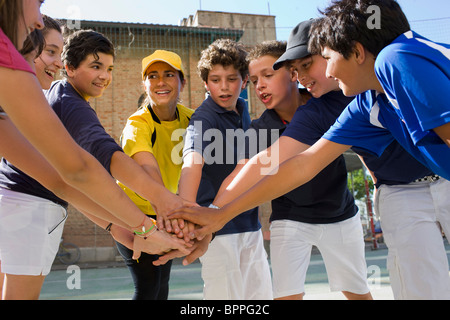 Trainer und Kinder stehen in einem Kreis - Stockfoto