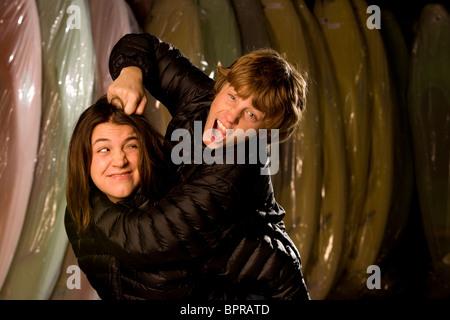 Porträt von Bruder und Schwester Kajakfahrer in einer Kajak-Fabrik geben Noogies. - Stockfoto