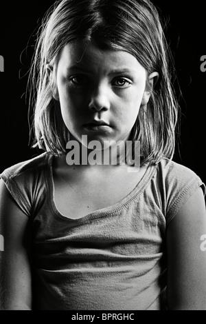 Leistungsstarke schwarz-weiß Schuss eines traurig aussehenden Kindes - Stockfoto