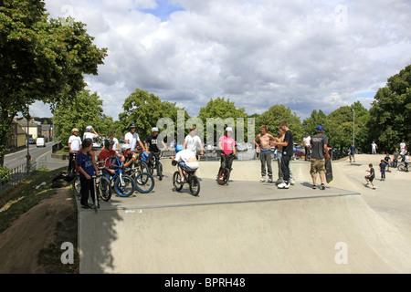 Gruppe von Jungs im Teenageralter hängen mit ihren Freunden bei einem Skateboard-park - Stockfoto
