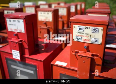 Reihen von überschüssigen Zeitung Boxen sitzen hinter einem Gebäude in Springdale, Arkansas - Stockfoto
