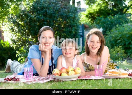 Mutter und Töchter bei Picknick - Stockfoto
