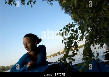 Porträt einer jungen Frau in einem Boot - Stockfoto