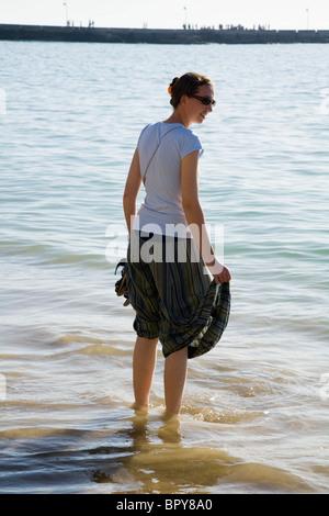Junge Frau Schaufeln / Paddeln auf der spanischen Sandstrand von Cadiz. Spanien. - Stockfoto