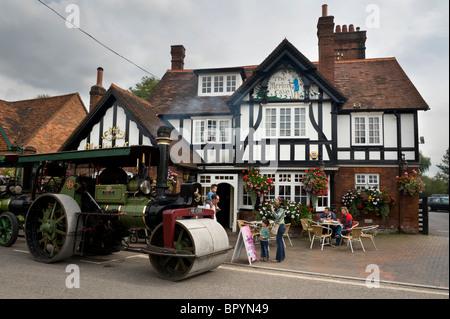 Dampftraktor und Straßenwalze geparkt außerhalb der Merlins Höhle einen Pub in Chalfont St Giles, Buckinghamshire - Stockfoto