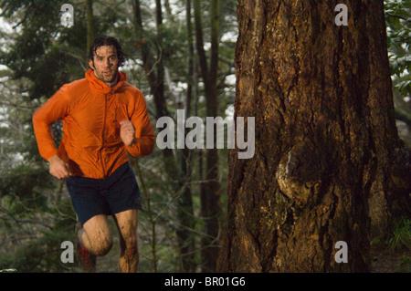 Ein Mann läuft in Golden Gardens, Seattle. - Stockfoto