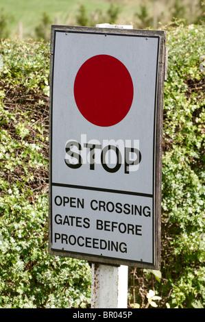 Warnzeichen für Lokführer durch ein Bahnübergang auf eine erhaltene Dampfeisenbahn. - Stockfoto