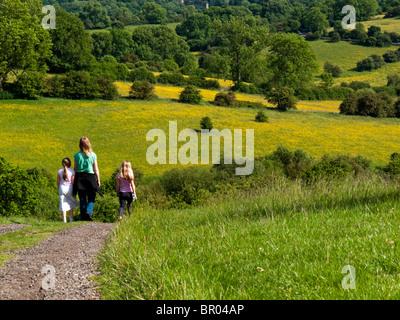 Mutter und zwei kleinen Kindern, die im Sommer in Derbyshire Peak District England UK mit Feldern und Bäumen einen - Stockfoto