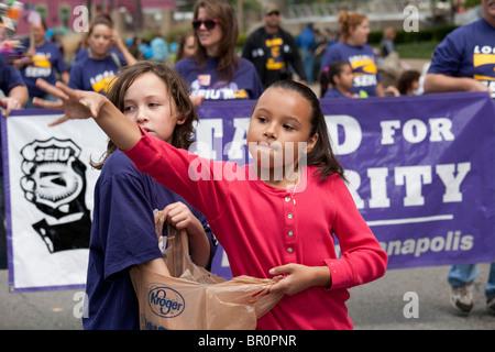 Indianapolis, Indiana - zwei Mädchen werfen Süßigkeiten für die Zuschauer während der Labor Day Parade. - Stockfoto