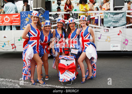 Englische Frauen gekleidet im Gösch Kleider an Karneval auf den Kanarischen Inseln - Stockfoto