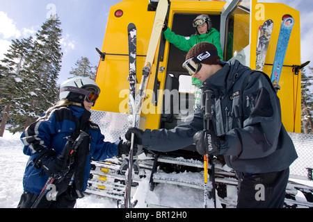 Kinder reiten Pistenraupe und Skifahren in Kirkwood, Kalifornien. - Stockfoto
