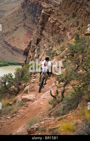 Ein Mann-Mountainbiken in Moab, Utah. - Stockfoto