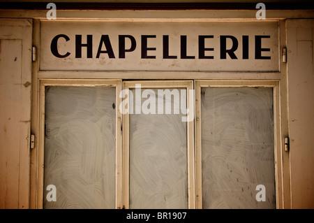 Altmodisches Shop der Hutmacher in Frankreich. - Stockfoto