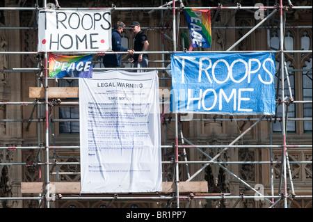 Anti-Krieg Klettern Demonstranten auf den Houses of Parliament in London. - Stockfoto