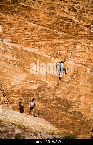 Ein paar Klettern an der Sandsteinwand des Calico-Becken in Red Rocks Canyon Conservation Area. - Stockfoto