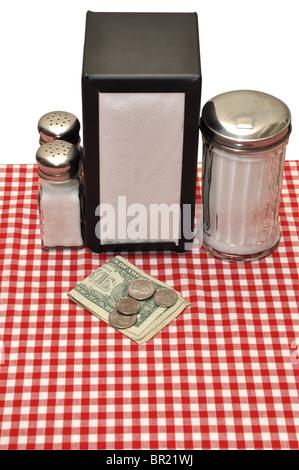 Tipp auf Tisch im Restaurant. Isoliert auf weißem Hintergrund mit Beschneidungspfad. - Stockfoto