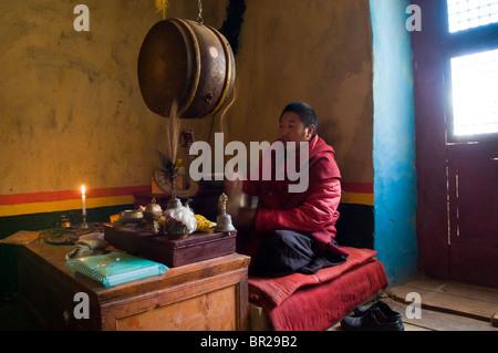 Tibetisch-buddhistischen Mönch singt, spielt Trommel und Becken, Juli Kloster, Xinduqiao, Provinz Sichuan, China - Stockfoto