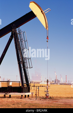 Pump Jack (Öl Esel) Pumpen an Ölquelle im Ölfeld, Alberta, Canada - Stockfoto