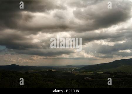 Sturm Wolken über die Landschaft mit Blick auf die Tavernelle Tal in der Nähe von Perugia, Italien - Stockfoto